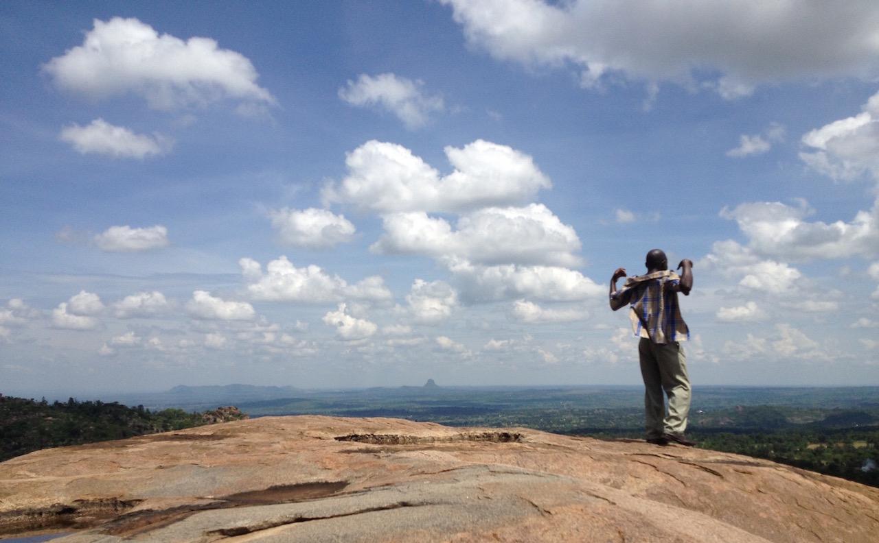 Der spitze Hügel im Hintergrund liegt in Tororo, Uganda