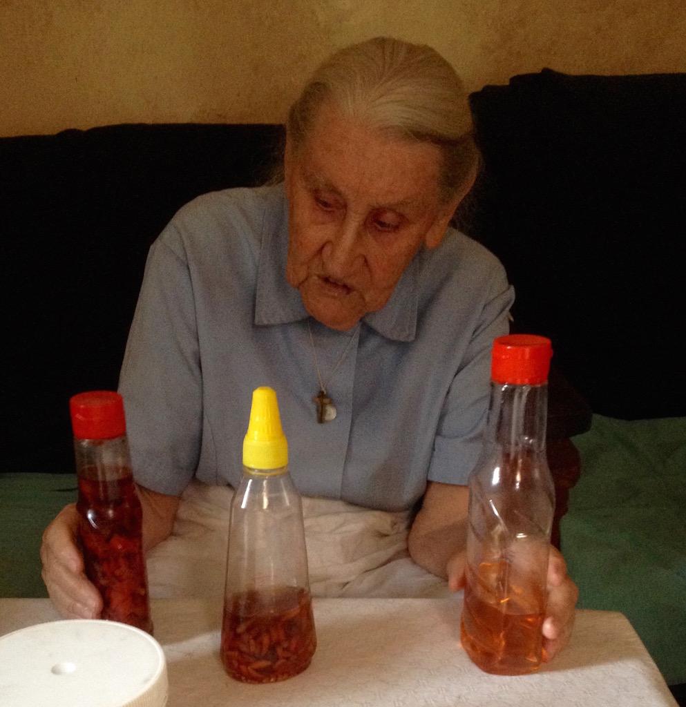 Sr Therese erklärt uns ihre Art von Phytotherapie gegen Arthritis: selbstgemachtes Chilliöl!